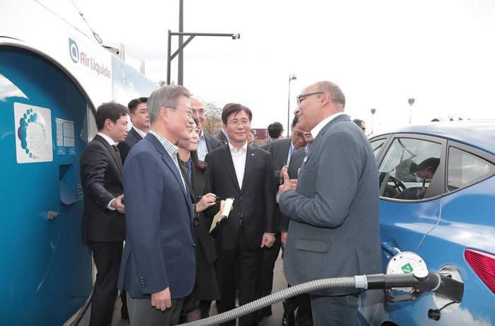 프랑스를 국빈 방문한 문 대통령이 현대차·에어리퀴드 관계자에게 수소전기차 기술 동향, 충전 인프라 활성화 방안 등에 대한 설명을 듣고 있다. <청와대 페이스북>