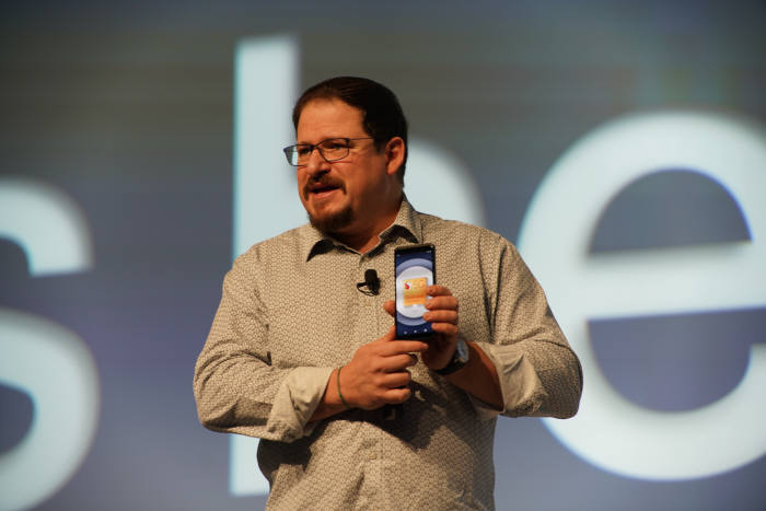 크리스티아노 아몬 퀄컴 사장이 스냅드래곤 855가 적용된 5G 스마트폰을 소개하고 있다(제공: 퀄컴)