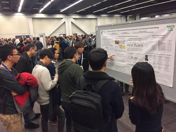 네이버는 캐나다 몬트리올에서 열린 닙스(NeurIPS) 2018 에서 인공지능(AI) 연구 성과를 공유했다고 밝혔다. 닙스 현장에서 참석자들이 네이버 세션에 참여하고 있다. 사진=네이버