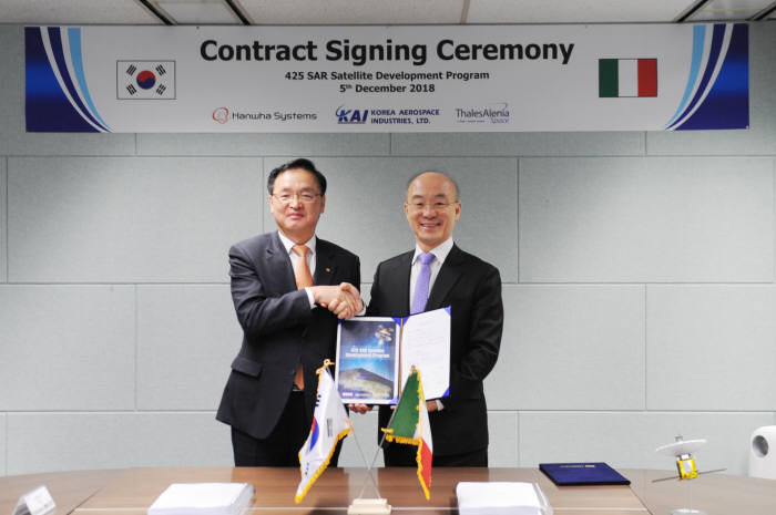 5일 서울 중림동 한국항공우주산업(KAI) 서울 사업장에서 장시권 한화시스템 대표(왼쪽)와 김조원 KAI 대표가 425 사업 위성 탑재체 개발 계약을 체결하고 기념 촬영했다. 한화시스템 제공