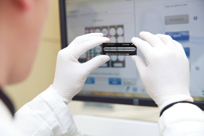 한 유전체연구소 연구원이 유전체 분석을 하고 있다.
