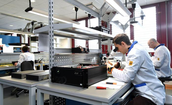 스위스 제네바에 위치한 세계 양자암호통신 1위 기업 IDQ 의 품질검사실. 양자키분배(QKD), 양자난수생성기(QRNG) 등 모든 제품의 품질을 검증한다.
