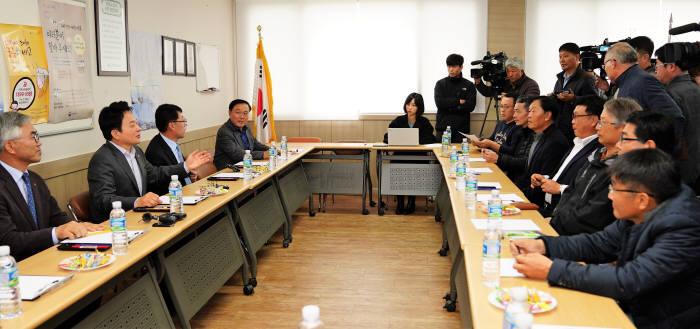 3일 원희룡 제주도지사가 지역 주민과 녹지국제병원 개설 관련 간담회를 하고 있다.(자료: 제주도)