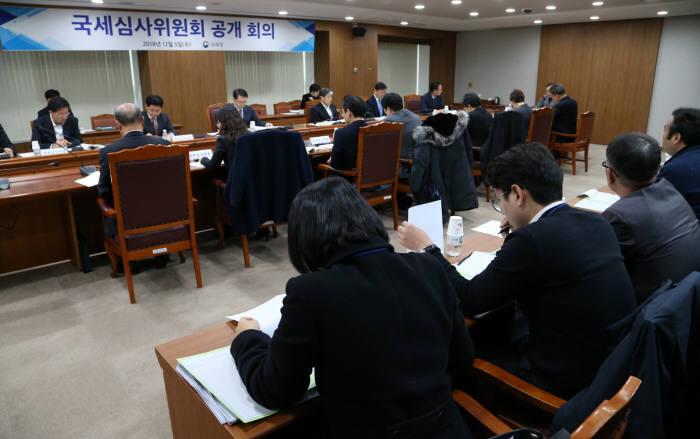 국세청이 국세심사위원회 심의과정을 처음 공개했다.
