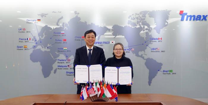 이희상 티맥스데이터 대표(왼쪽)와 조미리애 브이티더블유 대표가 성남 티맥스타워에서 AI·빅데이터 사업 확대를 위한 전략적 업무협약을 체결하고 사진촬영을 하고 있다. 티맥스데이터 제공