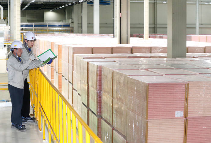 충북 청주시 옥산산업단지에 위치한 LG하우시스 건축용 단열재 PF보드 공장에서 직원들이 FM인증을 획득한 PF보드 제품을 확인하고 있다. (사진=LG하우시스)