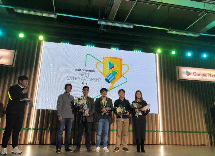 벅스가 5일 성수동 S-Factory에서 열린 구글플레이 시상식에서 2018 올해를 빛낸 엔터테인먼트 앱 부문 우수상을 수상했다. NHN벅스 김일봉 팀장(우측부터 두번째)이 포즈를 취하고 있다. 사진=벅스
