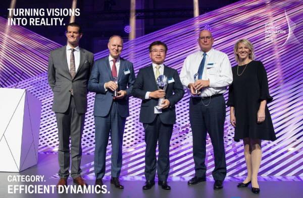 김종현 LG화학 전지사업본부장 사장(가운데)이 최근 BMW 서플라이어 이노베이션 어워드에서 12V 리튬이온 배터리로 Efficient Dynamics 부문 상을 수상했다. (사진=BMW)