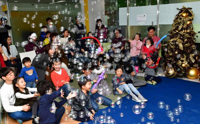 임직원 가족 초청 행사 패밀리데이에 참여한 BNP파리바 카디프생명 임직원과 가족들이 비누방울 체험행사를 하며 즐거운 시간을 보내고 있다.