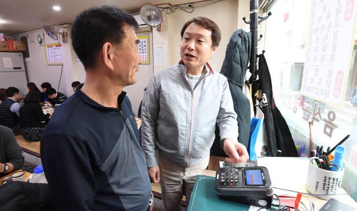 KT 아현지구 화재 사건이후 6일 임직원이 서울 서대문구 충정로 피해 지역 소상공인을 돕기 위해 식당을 찾았다. 직원이 피해 식당주인과 이야기를 나누고 있다. 김동욱기자 gphoto@etnews.com