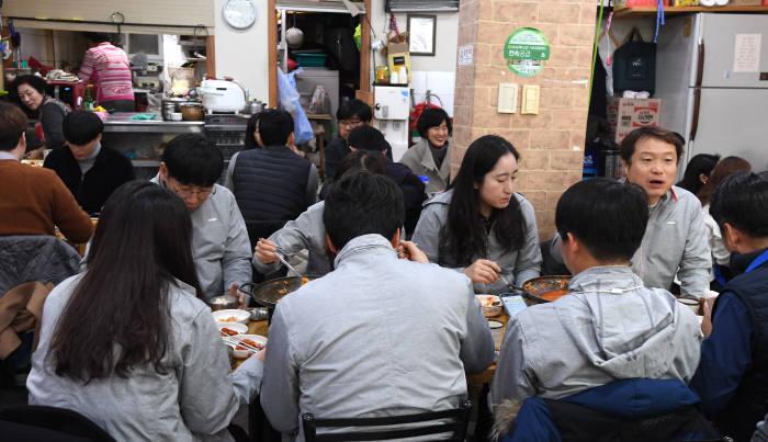 아현 화재 피해 지역 식당, KT 임직원으로 붐벼