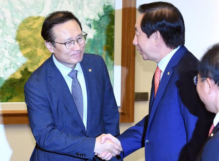 거대양당, 예산안 합의...남북협력, 일자리 예산 5조 감액, 군소정당 즉각 반발