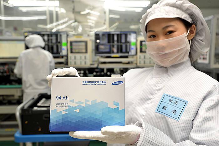 삼성SDI 직원이 중국 시안 공장에서 생산된 전기차용 배터리를 소개하고 있다. (사진=삼성SDI)