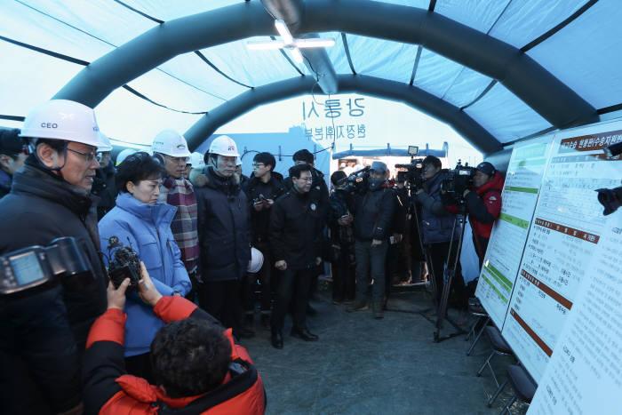 김현미 장관이 9일 KTX 선로 이탈 원인을 파악하기 위해 현장을 찾았다. 사진=국토교통부