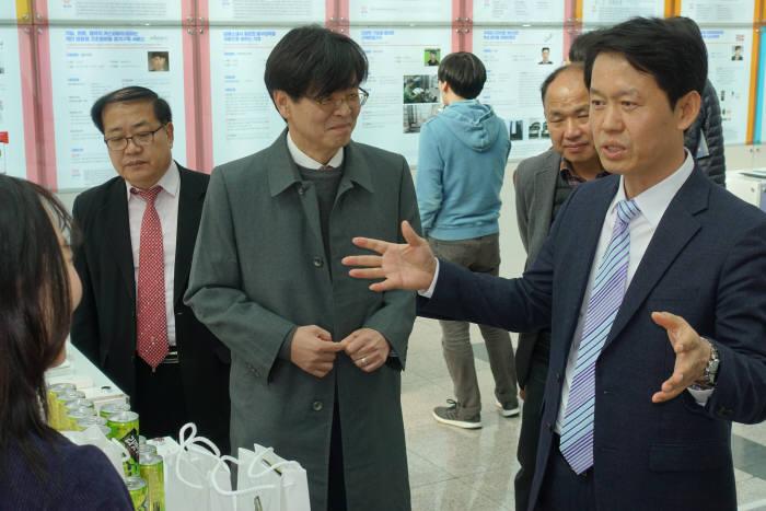 황범순 경기도 혁신산업정책관(오른쪽)이 엉겅퀴 숙취해소음료를 개발한 케비니오 부스에서 설명을 듣고 있다.
