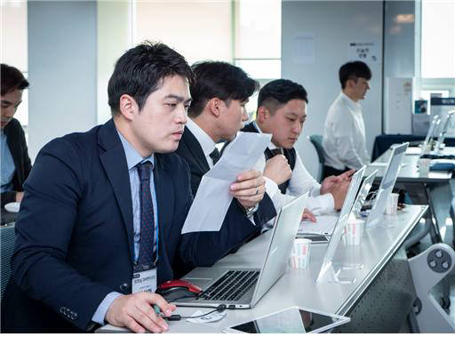 장영실 SW벤처포럼에 참가한 창업기업 대표들이 투자자를 대상으로 IR을 준비하고 있다.