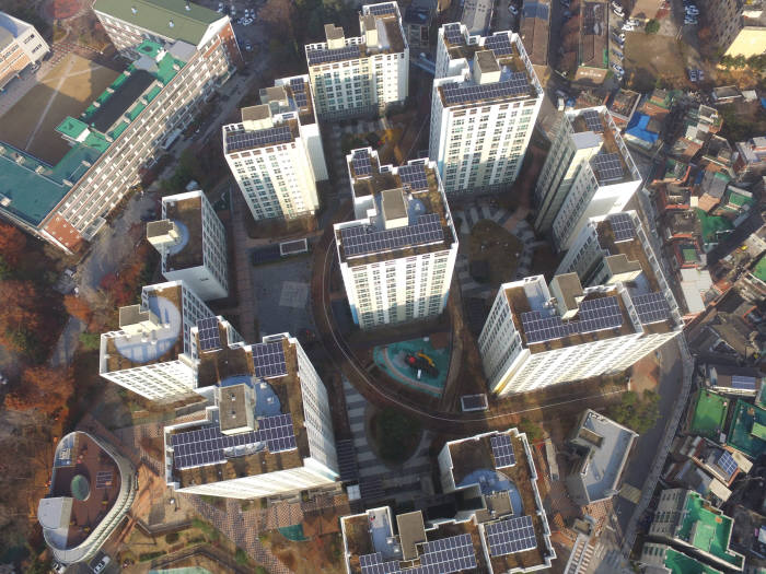 주택 태양광 대여사업으로 한화큐셀 큐피크 모듈을 설치한 서울시 중랑구 망우동 중랑숲리가 아파트. [자료:한화큐셀]