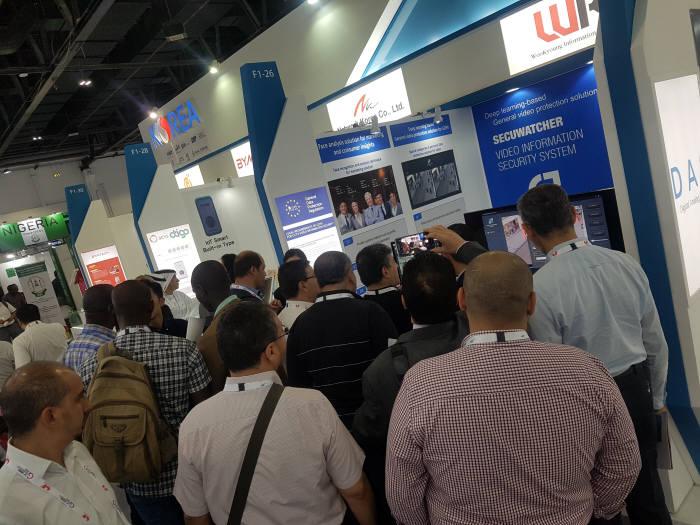 지난 10월 두바이정보통신박람회에서 우경정보기술 부스에 해외바이어들이 몰려들었다.