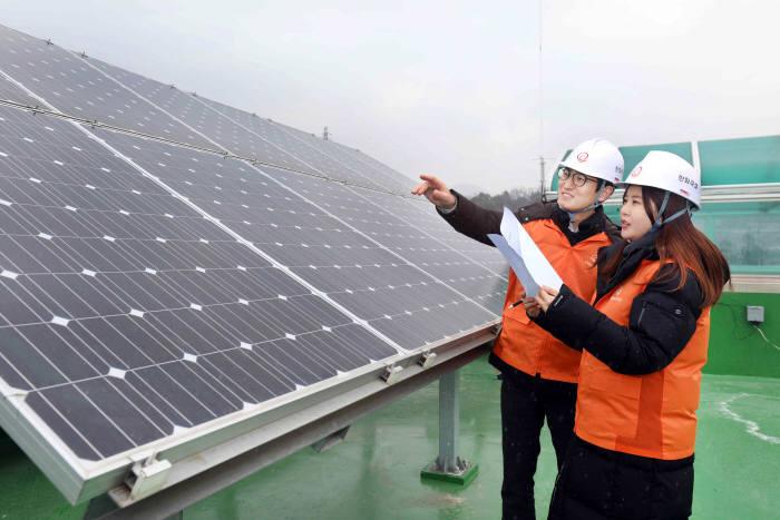 한화그룹 관계자가 해피선샤인 캠페인으로 설치한 태양광 발전설비를 점검했다. [자료:한화그룹]