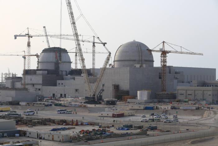 UAE 바라카 원전 1호기(오른쪽)와 2호기 건설현장.