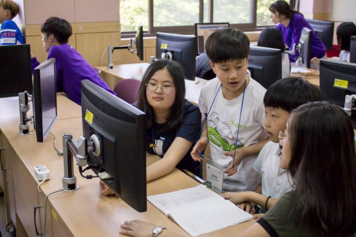 커넥트재단 커넥트스쿨에 참여한 학생들이 함께 프로그램을 배우고 있다. 커넥트재단 제공