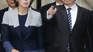 """한국당, """"문재인 정부 '블랙리스트' 작성""""...전 정부 인사 사퇴 종용 문건 공개"""