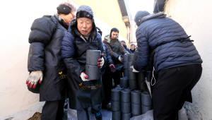 국회사무처, 연말 맞아 연탄 기부...유인태 사무총장 직접 영등포 일대 배달