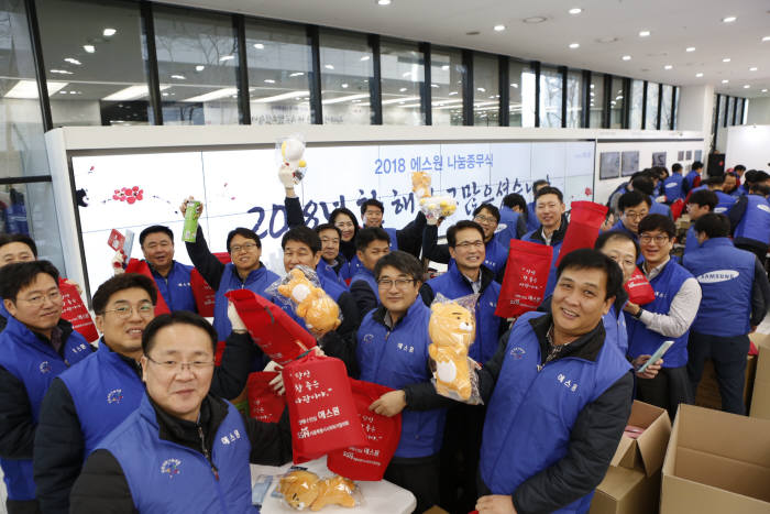 에스원은 28일 개최된 소외계층과 함께하는 나눔종무식을 개최했다. 참가한 에스원 임직원들이 학용품 키트를 제작하며 환하게 웃고 있다.