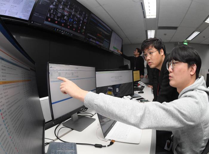 카카오뱅크가 IT전산인프라에 클라우드 기술을 적용하는 방안을 검토한다.서울 마포구 카카오뱅크 상암 주전산센터 관제상황실에서 엔지니어가 은행 거래 및 트래픽을 실시간 모니터링 하고 있다.
