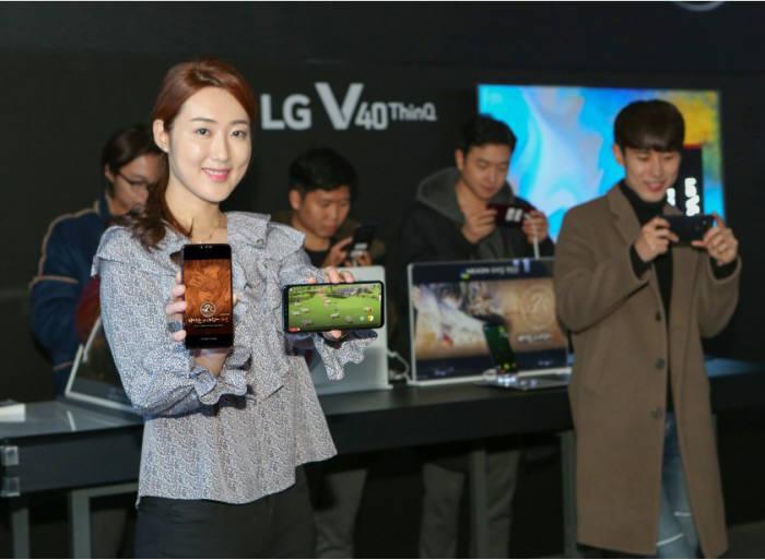 지스타 2018 넥슨 부스에서 게이밍 폰 콘셉트로 전시된 LG V40 ThinQ [사진=소셜 LG전자]