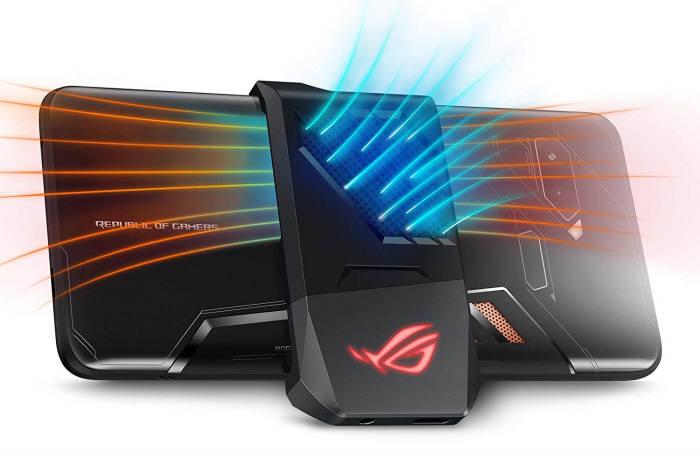 ROG폰 외장 냉각기는 폰 후면 가운데 위치해 게임패드 사용을 방해하지 않는다. [사진=에이수스]