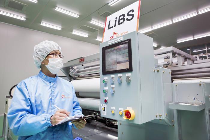 SK이노베이션 증평공장에서 리튬이온배터리분리막(LiBS)을 생산 중인 모습. (사진=SK이노베이션)