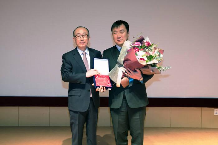 2일 LIG넥스원 판교R&D센터에서 김지찬 LIG넥스원 대표(왼쪽)와 올해의 넥스원인상을 수상한 김현기 전자전사업부 팀장이 사진촬영을 하고 있다. LIG넥스원 제공