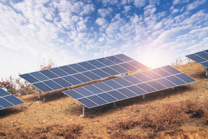정부가 국토 이용 효울화를 위해 태양광 최저효울제 도입을 검토한다.