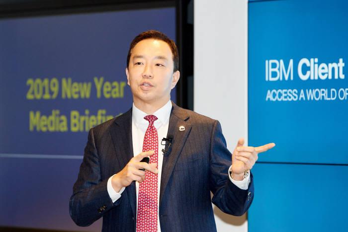 장화진 한국IBM 대표가 3일 서울 여의도 본사에서 새해 전략을 발표하고 있다. <한국IBM 제공>