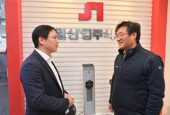 정윤석 신일산업 대표(오른쪽)와 본지 김승규 전자자동차유통부장이 대화를 나누고 있다. 박지호기자 jihopress@etnews.com