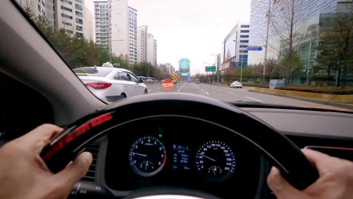 현대자동차그룹이 개발한 청각장애인을 위한 차량 주행 지원 시스템 (ATC : Audio-Tactile Conversion)을 통해 주행 중 발생하는 소리 정보가 시각과 촉각 정보로 변환돼 운전대와 앞 유리에 나타나는 장면