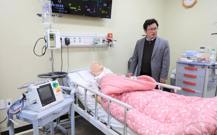 경기도 평촌 한림시뮬레이션센터에서 김선균 센터장이 3세대 마네킹 기반 시뮬레이터를 소개하고 있다.(한림대의료원 제공)