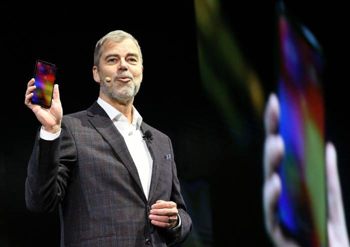 데이빗 반더월 LG전자 미국법인 마케팅 총괄이 CES 최고 혁신상을 받은 전략 스마트폰 LG V40 ThinQ를 선보이고 있다.