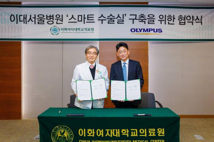 문병인 이화여자대학교 의무부총장 겸 의료원장(왼쪽)과 오카다 나오키 올림푸스한국 사장.