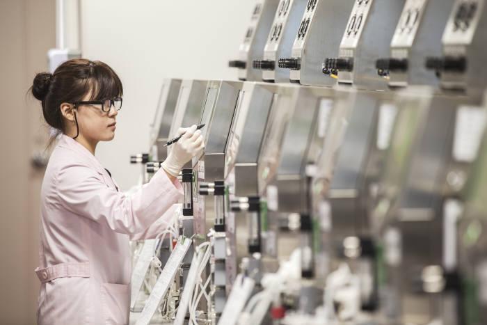 삼성바이오에피스 연구진이 바이오시밀러 개발 과정을 점검하고 있다.