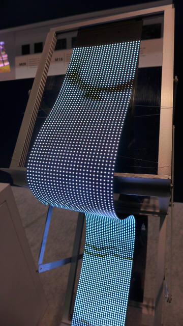 루멘스가 CES 2019에서 전시한 플렉시블 LED (사진=전자신문DB)