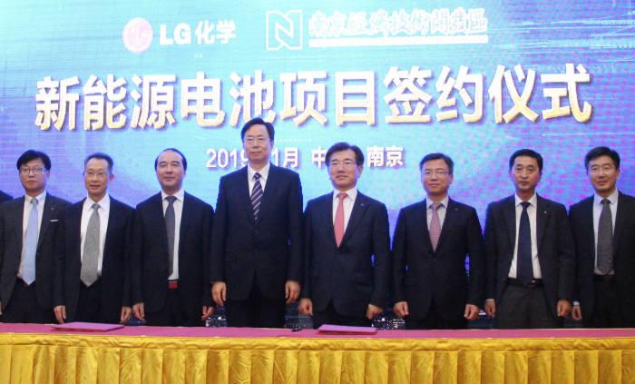 LG화학이 9일 중국 난징에서 난징시와 배터리 1공장 증설 투자 계약을 체결했다. (왼쪽 세 번째부터) 장위에지엔 난징부시장, 란샤오민 난징시장, 김종현 LG화학 전지사업본부장 사장. (사진=LG화학)