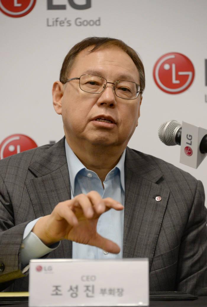 조성진 LG전자 최고경영자(CEO) 부회장이 9일(현지시간) 미국 라스베이거스에서 올해 LG전자의 전략 방향을 소개하고 있다.