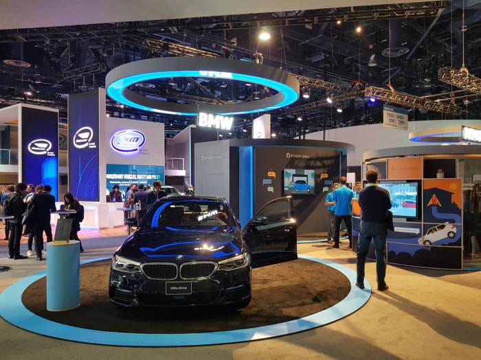 아마존은 CES 2019 전시 부스에서 알렉사를 적용한 BMW 차량을 소개했다.