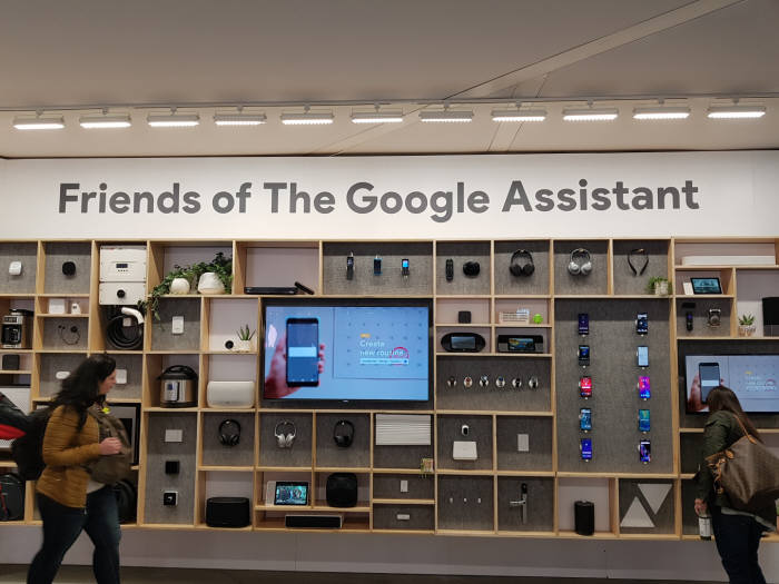 구글 부스에 전시한 구글 어시스턴트 적용 제품들. 스마트폰부터 TV, 스피커, 오븐, CCTV, 도어락, 콘센트, 전등에 이르기까지 다양하다.