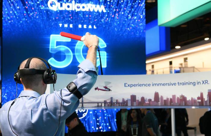 5G 시대...VR을 넘어 XR시대로 관람객이 퀄컴부스에서 확장현실(XR) 체험을 하고 있다.