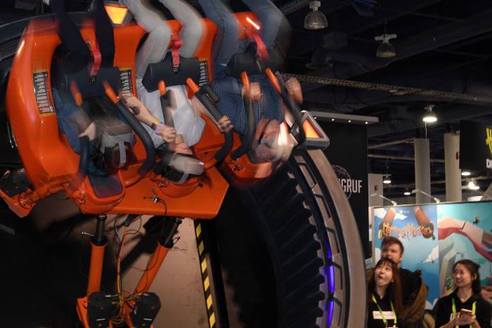 놀이동산 갈 필요가 없네 관람객이 DOF 로보틱스 부스에서 허리케인 360VR 체험을 하고 있다.