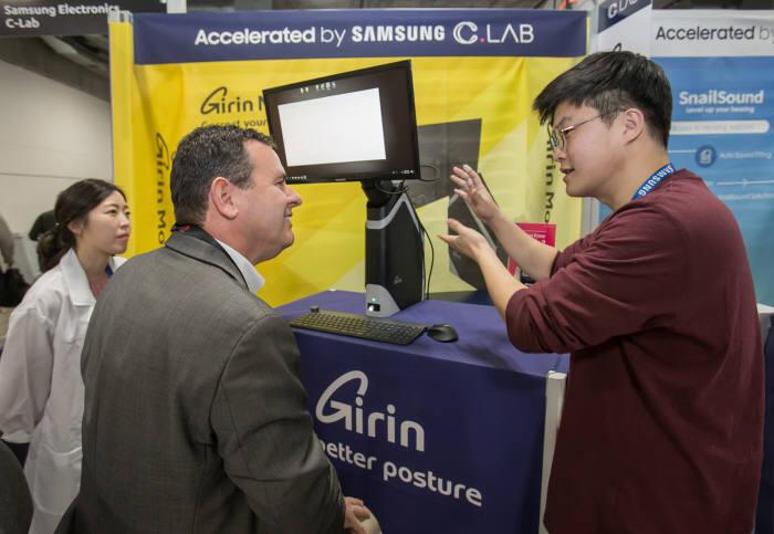 9일(현지시간) 미국 라스베이거스에 위치한 샌즈 엑스포에서 기린모니터스탠드 담당자가 제품을 설명하고 있다.