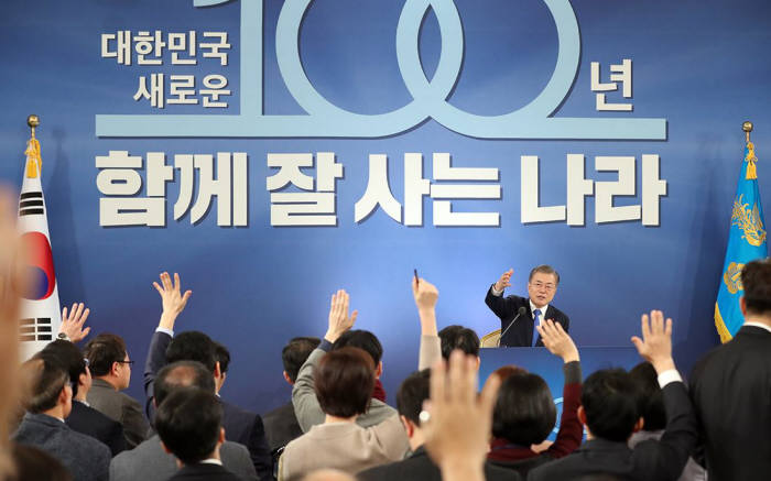 문재인 대통령이 10일 청와대 영빈관에서 열린 신년 기자회견에서 질의자를 직접 택하고 있다.<사진:청와대>